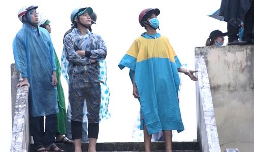 Cổ động viên đội mưa xem buổi tập cuối của Olympic Việt Nam