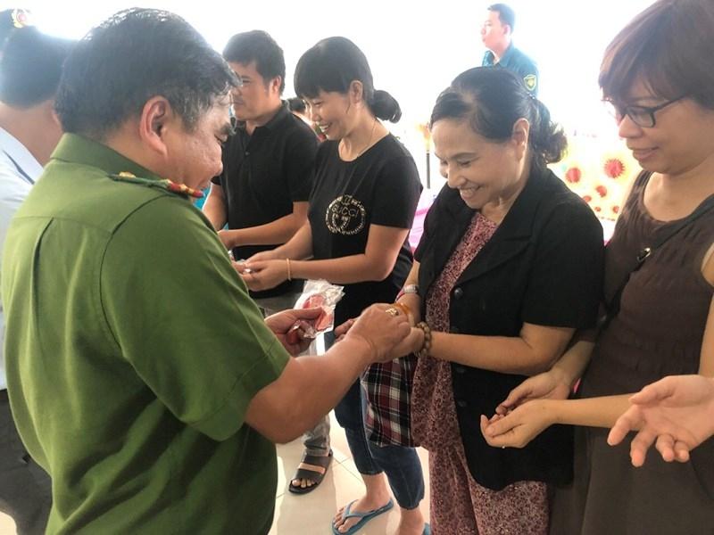 Dân vui vì nhận móc khóa có số điện thoại công an phường - ảnh 2
