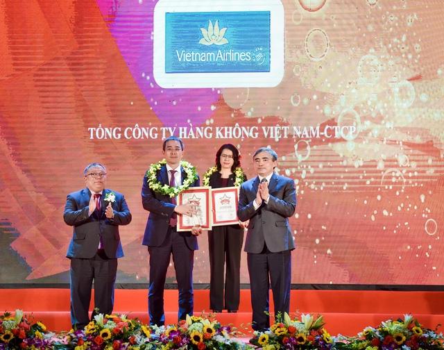 Ông Đặng Ngọc Hòa - PTGĐ Vietnam Airlines đại diện Hãng nhận chứng chỉ