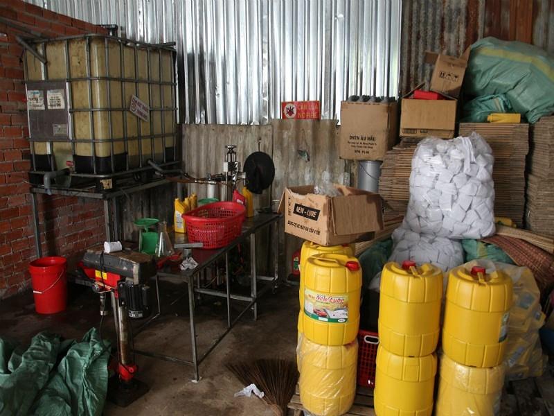 Cơ sở sản xuất hàng ngàn lit nhớt giả ở Cần Thơ - ảnh 1