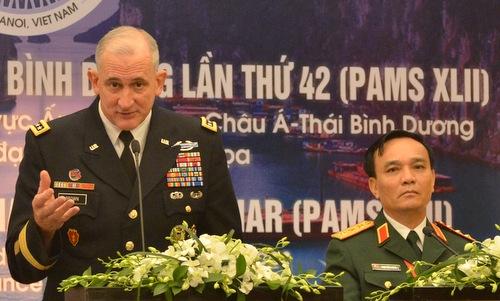 Trung tướng Brown (trái) trong cuộc họp báo sau lễ khai mạc PAMS 42. Ảnh: Vũ Anh.
