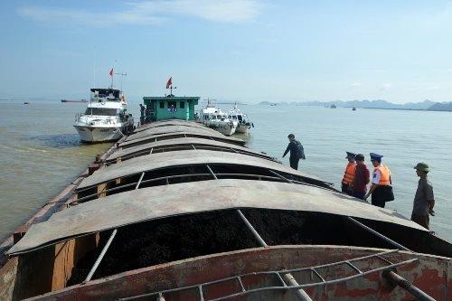 Chiếc tàu chở 500 tấn than cám không có giấy tờ hợp pháp bị cảnh sát bắt giữ. Ảnh: CSB