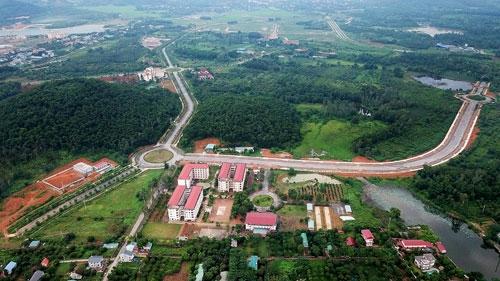 KhuĐại học Quốc gia Hà Nội tại Hòa Lạc rộnghơn 1.000 hahiện còn mênh mông đất trống, cỏ cây phủ đầy. Ảnh: Giang Huy.