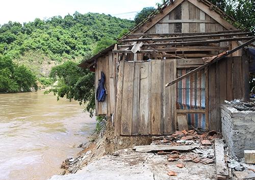 Một nhà dân ở huyện Tương Dương bị lũ từ sông Cả ngoạm tới móng. Ảnh: Nguyễn Hải.