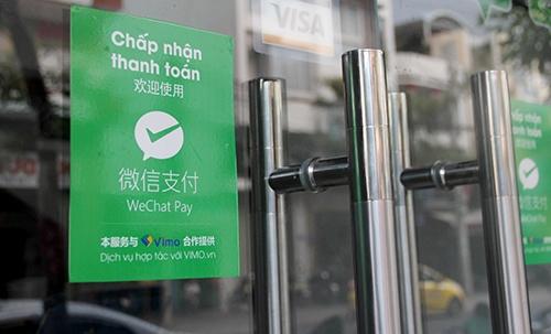 Cửa hàng ở Nha Trang thanh toán bằng Wechat Pay cho khách Trung Quốc khi mua sắm. Ảnh: An Phước.