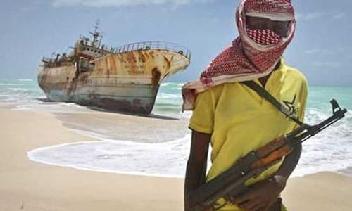 Một tên cướp biển châu Phi che mặt. Ảnh: AP.