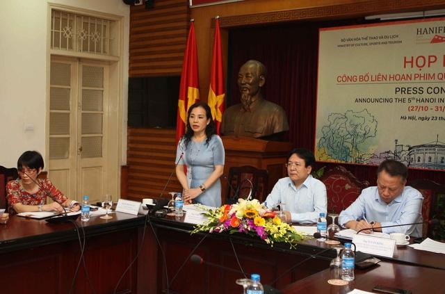 Bà Ngô Phương Lan (đứng) trả lời các thắc mắc của báo chí xung quanh việc tổ chức LHP Quốc tế Hà Nội lần thứ V. Ảnh: Tùng Long.