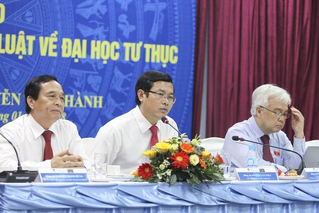 PGS.TS Nguyễn Văn Phúc, Thứ trưởng Bộ GD-ĐT (giữa) phát biểu tại hội thảo.