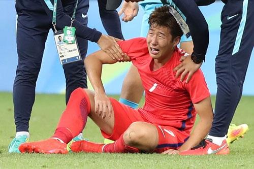 Son Heung-min bật khóc sau trận thua Honduras ở tứ kết Olympics 2016. Ảnh: Guardian.