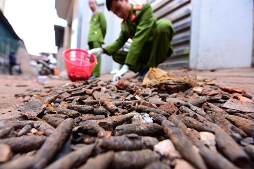 Công an thu gom đầu đạn sau vụ nổ ở Bắc Ninh sáng 3/1. Ảnh: Giang Huy