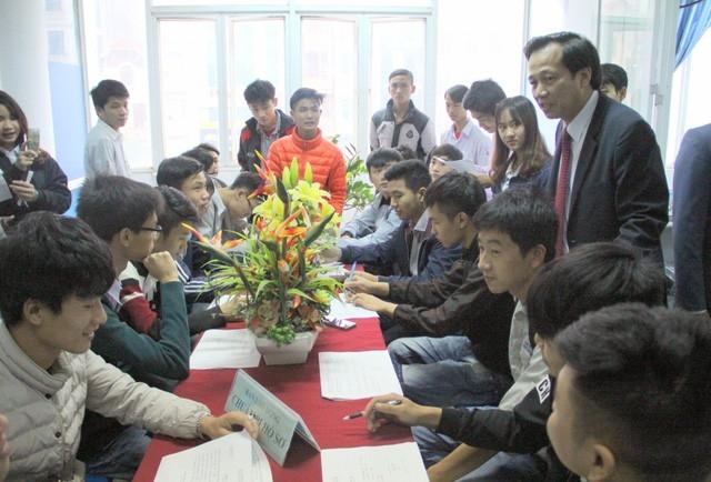 Bộ trưởng Bộ LĐ-TB&XH Đào Ngọc Dung trao đổi với người lao động tại Trung tâm dịch vụ việc làm Hà Nội.
