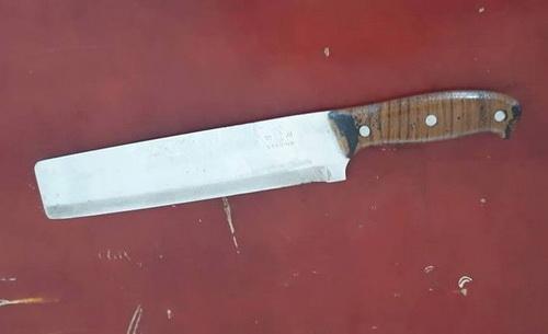 Con dao mà nghi can dùng để khống chế con tin.