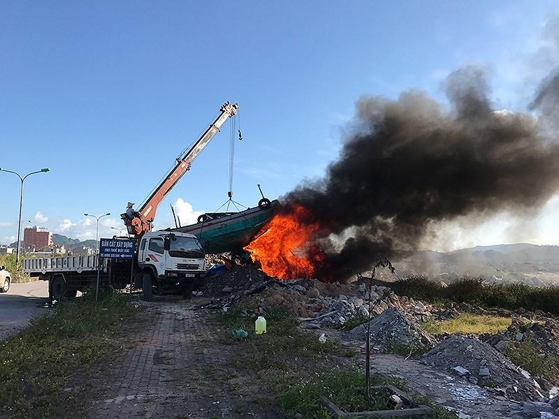 Vì sao TP Hạ Long thiêu hủy tàu bán hàng rong trên vịnh? - ảnh 1