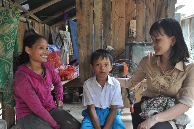 Suốt 2 năm qua, cô Kim Thị Xuân Hải đã trở thành người thân trong gia đình của em Đinh Văn Phong