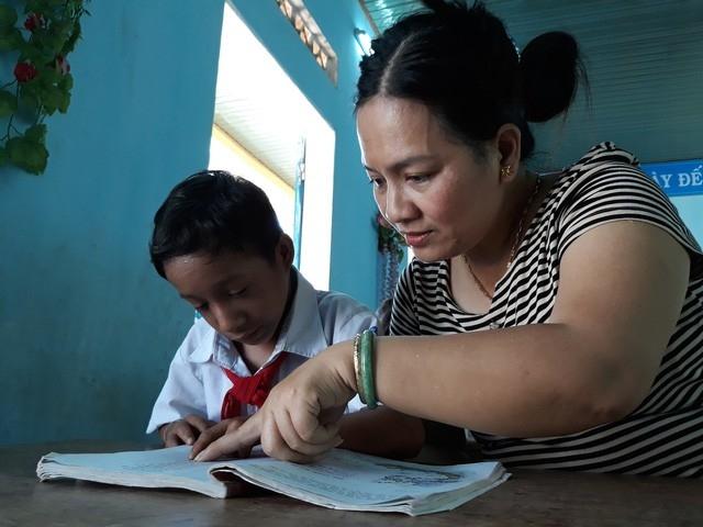 Cô Võ Thị Thanh Thủy luôn đồng hành với cậu học trò tí hon Đinh Hoàng Khít.