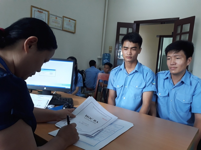 Bạn Lê Thanh Tùng (bên trái) và Trần Thanh Quỳnh quyết định từ bỏ giảng đường Đại học để học nghề