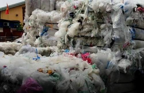 Bên trong một container rác phế liệu ở Tân Cảng, Sài Gòn.