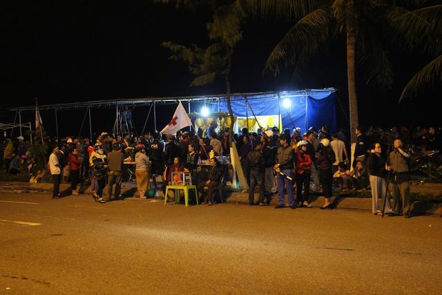 Người nhà lập bàn tại khu vực bờ biển Nguyễn Tất Thành để tiếp nhận thi thể nạn nhân, đưa về nhà mai táng