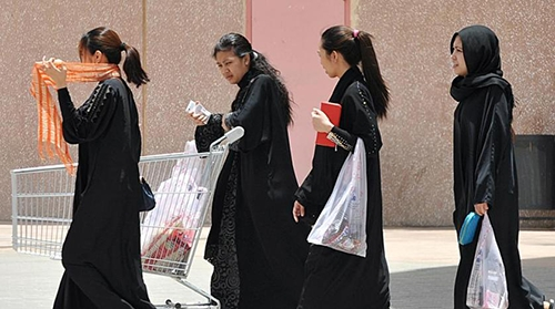 Nhóm người giúp việc đi bên ngoài một trung tâm thương mại ở Riyadh, Arab Saudi. Ảnh: AFP