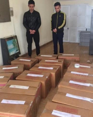 Nguyễn Văn Đức và Nguyễn Doãn Mát cùng tang vật hơn 3 tạ pháo tại cơ quan công an