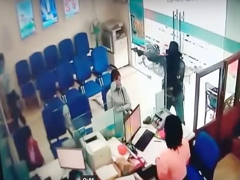 Kẻ cướp ngân hàng luôn có súng, hung khí nguy hiểm - ảnh 1