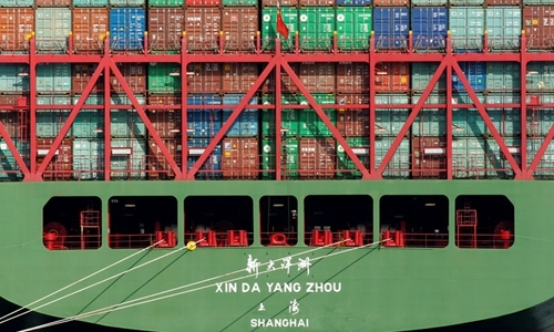 Một tàu container tại cảng Los Angeles (Mỹ). Ảnh: Reuters