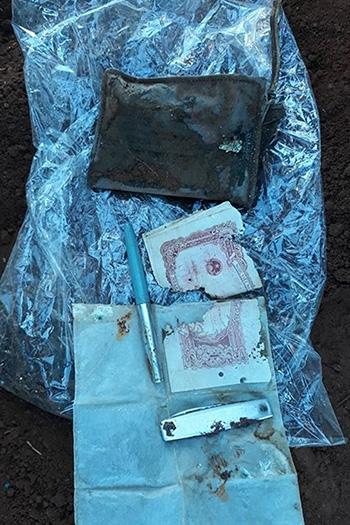 Di vật đi kèm với liệt sĩ Hưng còn có một chiếc ví, một tờ tiền giấy, chiếc bấm móng tay... Ảnh:Quang Hà
