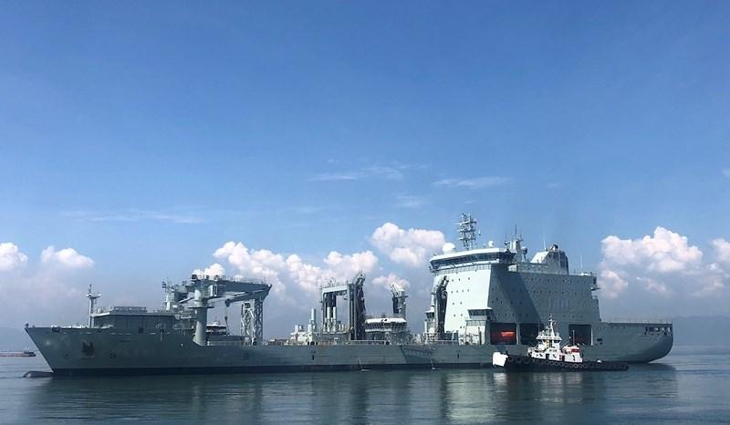 Khu trục hạm Hải quân Canada treo cờ rủ khi thăm Việt Nam - ảnh 1