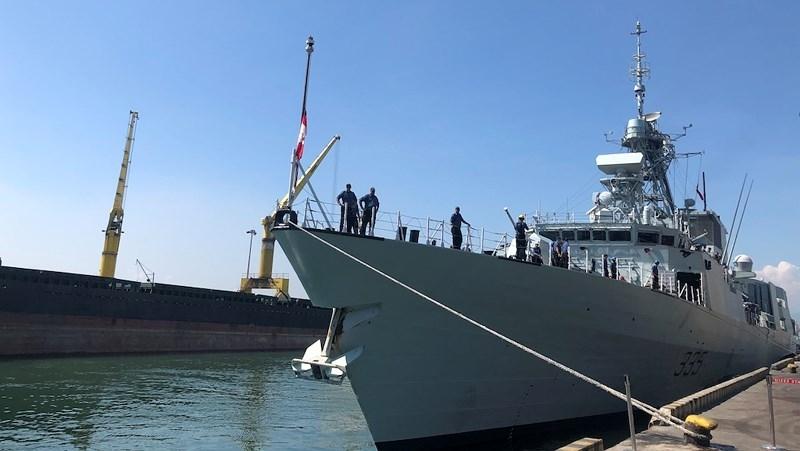 Khu trục hạm Hải quân Canada treo cờ rủ khi thăm Việt Nam - ảnh 2