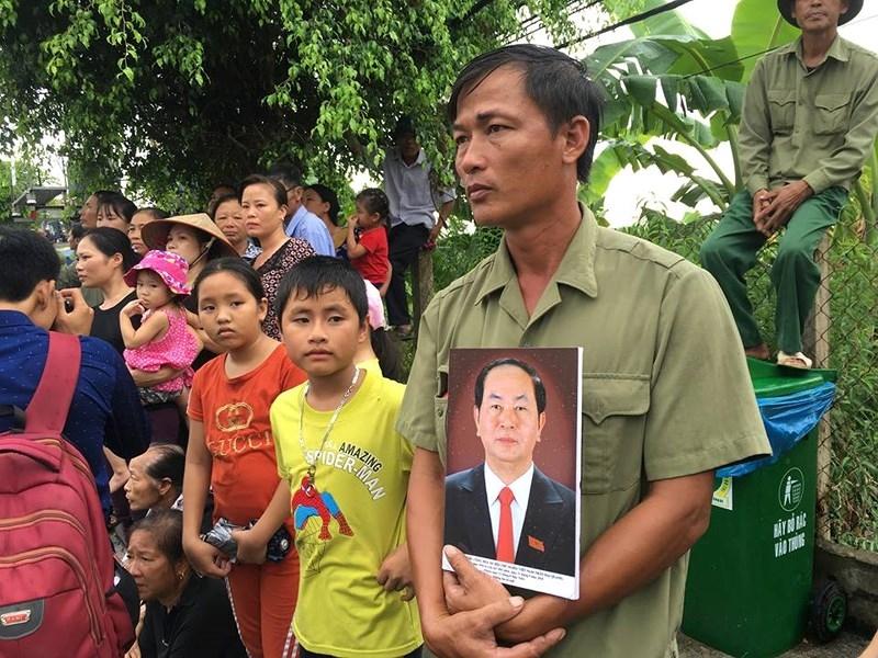 Hàng vạn người dân đón linh cữu Chủ tịch nước ở xã Quang Thiện - ảnh 9