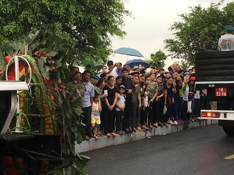 Hàng vạn người dân đón linh cữu Chủ tịch nước ở xã Quang Thiện - ảnh 3
