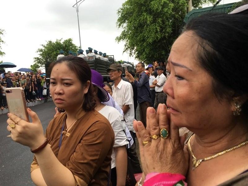Hàng vạn người dân đón linh cữu Chủ tịch nước ở xã Quang Thiện - ảnh 5