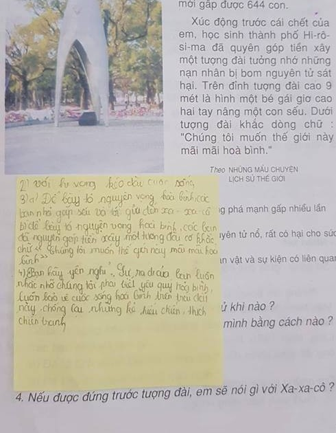 Học sinh được thầy Vũ Hoàng Sơn hướng dẫn sử dụng giấy ghi chú để tránh làm bẩn sách giáo khoa.