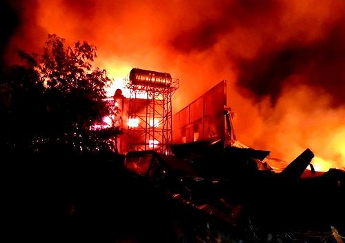 Đámcháy kéo dài 3 giờ đã thiêu rụi toàn bộ nhà xưởng. Ảnh: Nguyệt Triều