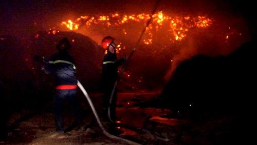 Lính cứa hỏa nỗ lực dập lửa. Ảnh: Nguyệt Triều.