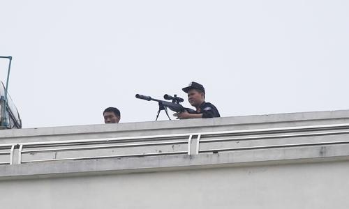 Lính bắn tỉa bao vây người đàn ông cầm lựu đạn cố thủ trong nhà