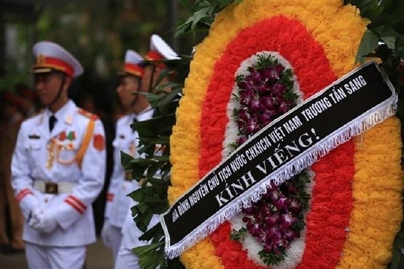 Đến viếng lễ quốc tang có được mang vòng hoa? - ảnh 1