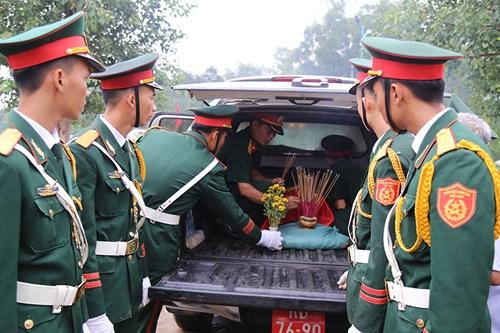 Liệt sĩ Nguyễn Văn Hưng được đưa về quê nhà ở Can Lộc, Hà Tĩnh.Ảnh: Hoàng Táo