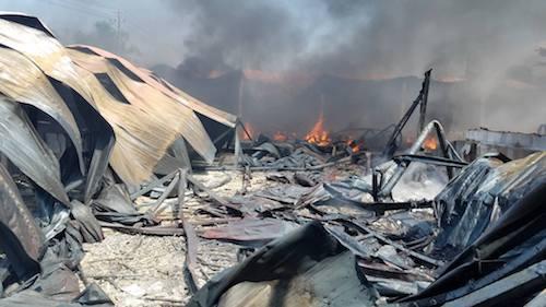 Hiện trường vụ cháy nhà xưởng sản xuất bàn ghế mây ở Huế. Ảnh: Võ Thạnh
