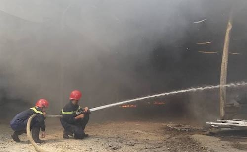 Cảnh sát phun nước khống chế ngọn lửa. Ảnh: Võ Thạnh