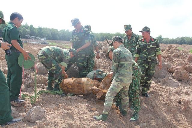 Cán bộ thuộc Bộ Chỉ huy Quân sự tỉnh di dời quả bom đến nơi tiêu hủy