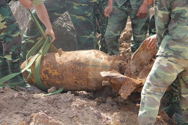 Quả bom này dài đến 1,5m, nặng 220kg