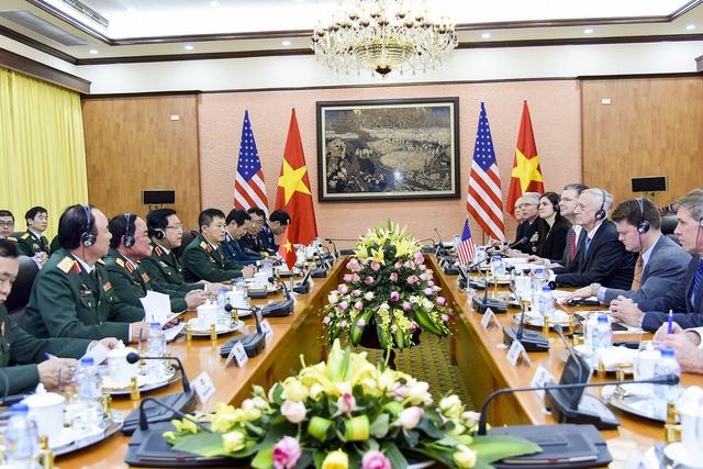 Sau lễ đón chính thức, hai Bộ trưởng hội đàm và nhất trí tiếp tục thúc đẩy quan hệ quốc phòng song phương