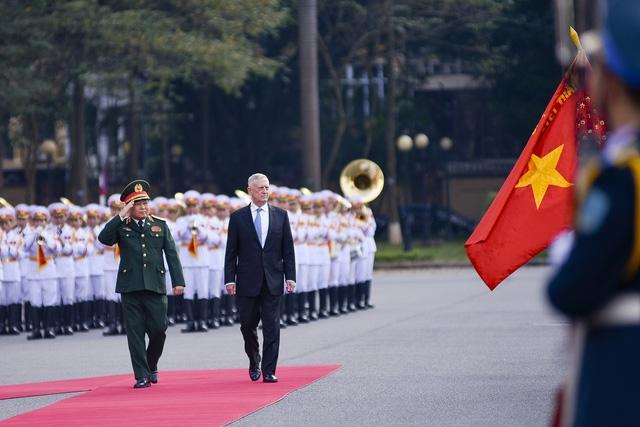 Bộ trưởng Quốc phòng hai nước duyệt đội danh dự