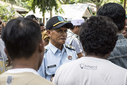 Quản giáo Safiuddin nói chuyện với 80 tù nhân quay lạinhà tù Donggala tuần qua. Ảnh: NPR