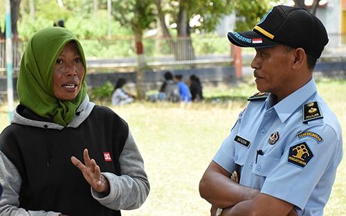 Nữ tù nhân Lili Setioningsih trò chuyện với quản giáo Safiuddin tại nhà tù Donggala