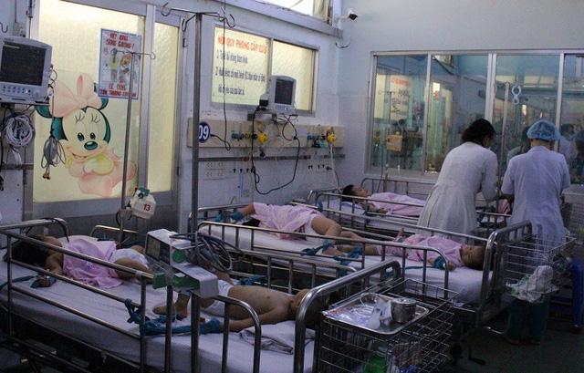 Trẻ mắc bệnh điều trị tại khoa Nhiễm - Thần kinh, Bệnh viện Nhi Đồng 1