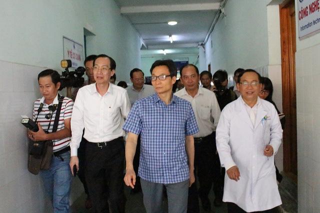 Phó Thủ tướng đi thị sát thực tế nắm tình hình và tháo gỡ khó khăn cho các bệnh viện tại TPHCM