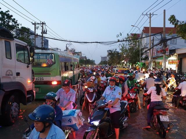 Cảnh ngập nước, kẹt xe diễn ra nhiều ngày nay khi triều cường dâng cao ở đường Huỳnh Tấn Phát
