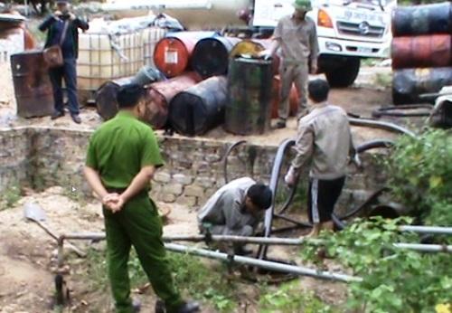 Cơ sở tái chế dầu nhớt trái phép trong vườn nhà dân. Ảnh: Quảng Khải